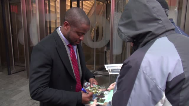 dule hill exits the vh1 studio dule hill exits the vh1 studio on february 27 2013 in new york new york - vh1 stock-videos und b-roll-filmmaterial