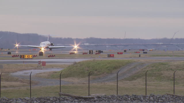 dulles airport, usa, delta md-80 jet taxiing after landing - delta air lines stock-videos und b-roll-filmmaterial