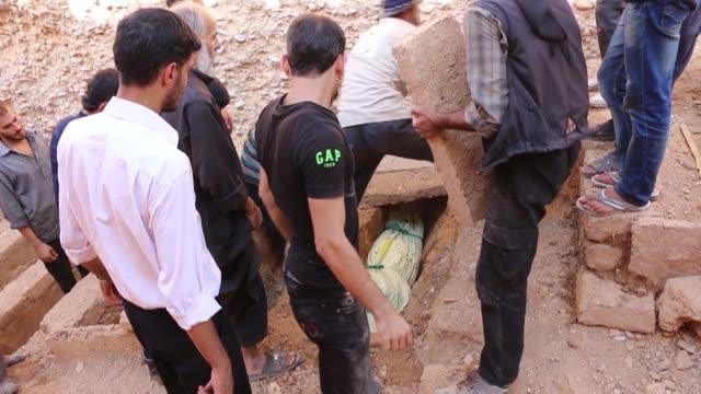 duma poblado sitiado al este de damasco en siria enfrenta bombardeos del regimen que dejan decenas de muertos - numero stock videos & royalty-free footage