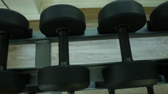 hantel im health club - handgewicht stock-videos und b-roll-filmmaterial