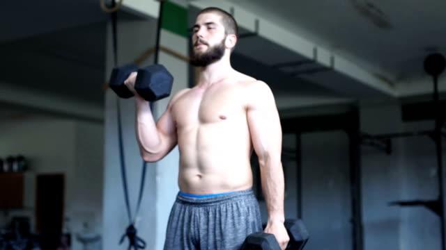 vidéos et rushes de haltères formation en salle de gym - seulement des jeunes hommes