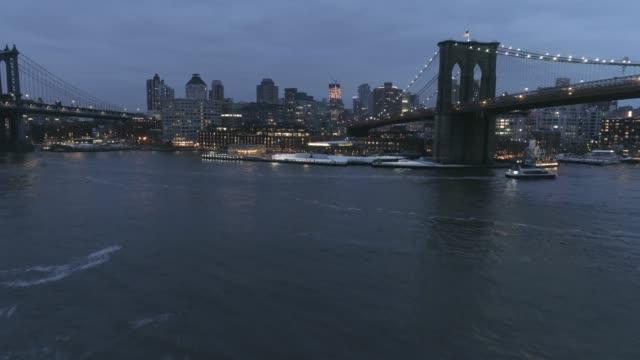 vídeos de stock, filmes e b-roll de opinião aérea de dumbo brooklyn - brooklyn bridge