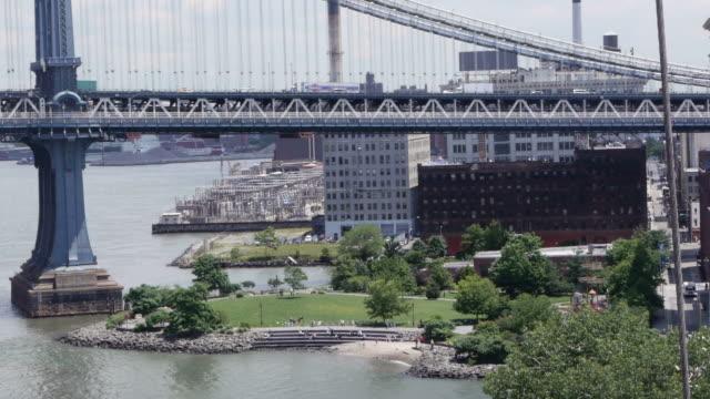 vídeos de stock e filmes b-roll de dumbo park and manhattan bridge in new york - ponte de manhattan