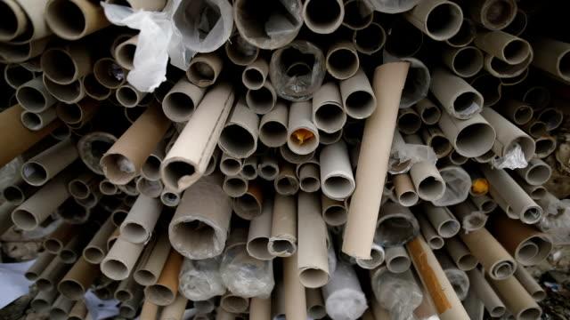 müllabtrott von papierrollen zum recycling, hautnah. recycling-center - textilindustrie stock-videos und b-roll-filmmaterial