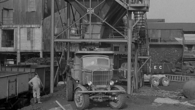 vídeos de stock e filmes b-roll de 1954 montage dump truck moving along rough and smooth terrains during performance trials / arkwright, england, united kingdom - 1954