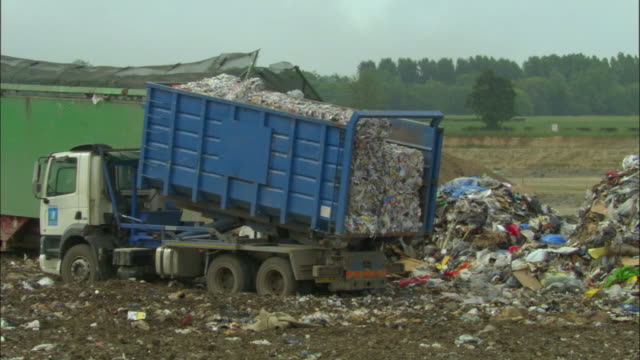ms, dump truck on landfill site, ardley, oxfordshire, united kingdom - 積荷を降ろす点の映像素材/bロール