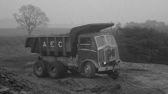 vidéos et rushes de 1954 montage aec dump truck wobbling through bumpy course and euclid dump truck stopping in mud during performance trials / arkwright, england, united kingdom - 1954
