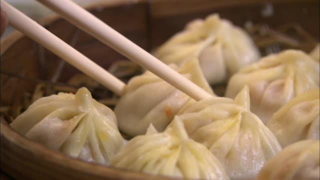 dumplings served in bamboo steamers, shanghai - ダンプリング点の映像素材/bロール