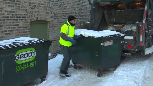 vidéos et rushes de dumpster being emptied into garbage truck - camion poubelles