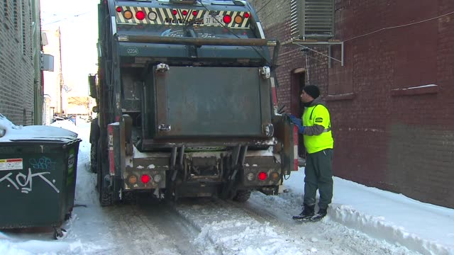 stockvideo's en b-roll-footage met dumpster being emptied into garbage truck - afvalcontainer container