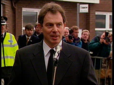 stockvideo's en b-roll-footage met dunblane massacre aftermath:; o) scotland: stirling: stirling royal infirmary: ext cms pm john major mp statement sot - horror of unimaginable... - crime and murder