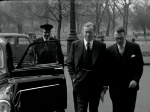 duncan sandys arriving at ministry of defence england london ministry of defence ext duncan sandys along with another man / 45 pm - ministero della difesa video stock e b–roll