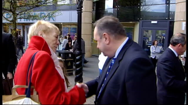alex salmond msp along and chatting with supporters salmond greeting supporters as along on walkabout child holding snp flag and snp balloons salmond... - スコットランド ダンディー点の映像素材/bロール