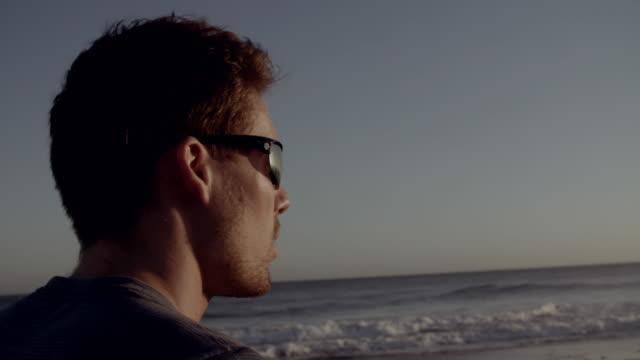 vídeos de stock e filmes b-roll de dune running - óculos de sol