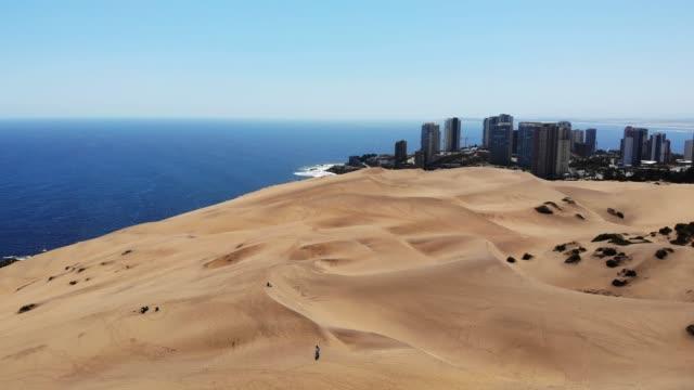 die dünen von concón/concon dunes - blickwinkel der aufnahme stock-videos und b-roll-filmmaterial