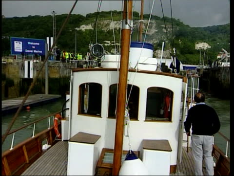 dunkirk 60th anniversary itn england kent dover ext motor yacht 'bounty' casting off to travel to dunkirk for reenactment of world war 2 channel... - evakuierung von dünkirchen stock-videos und b-roll-filmmaterial