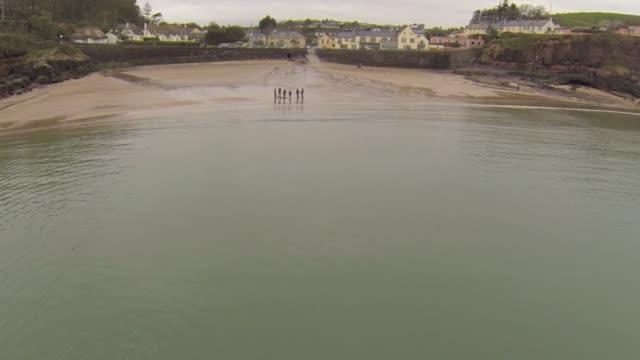vídeos de stock e filmes b-roll de dunmore east, waterford ireland - aldeia de pescador