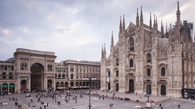 duomo and piazza del duomo in milan, italy. - toskana stock-videos und b-roll-filmmaterial