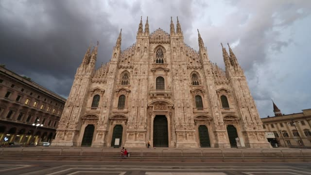 duomo square, milan, italy - cristianesimo video stock e b–roll