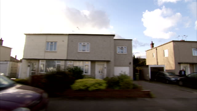 duplex-style homes line a street in tilbury, england. available in hd. - street style点の映像素材/bロール