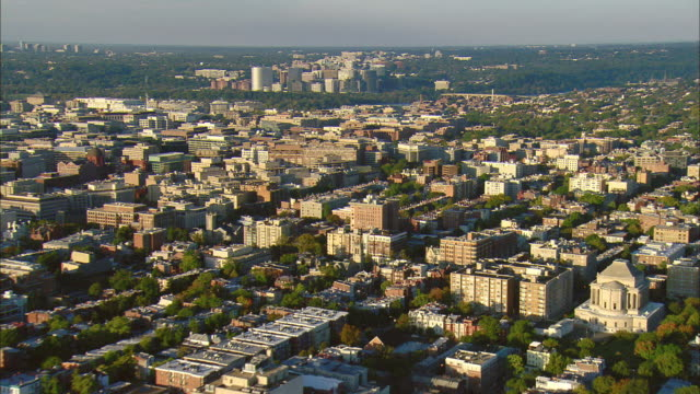vídeos de stock e filmes b-roll de aerial dupont circle with george washington university and georgetown with high-rise offices of rosslyn in distance, washington d.c., usa - arlington virgínia