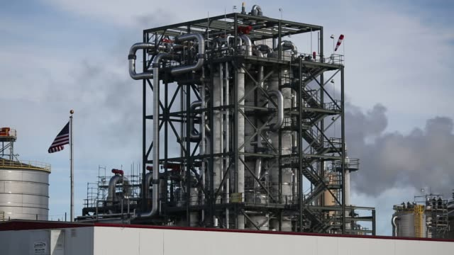 vídeos de stock, filmes e b-roll de a dupont ethanol plant stands in nevada iowa us on saturday jan 30 2016 as the first in the nation iowa caucuses approaches where registering your... - etanol
