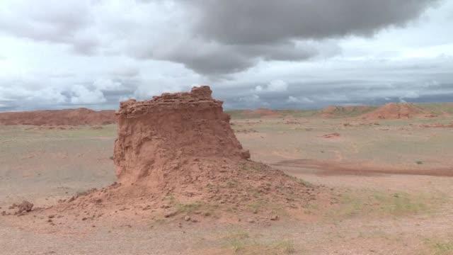 durante anos el pastor gelegrash tuvo un ingreso extra llevando turistas a ver un esqueleto de dinosaurio escondido cerca de los acantilados... - día stock videos & royalty-free footage