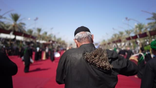 durante siglos, los iraquíes han recurrido a la religión y los rituales para consolarse de las guerras y los muertos - iraq video stock e b–roll