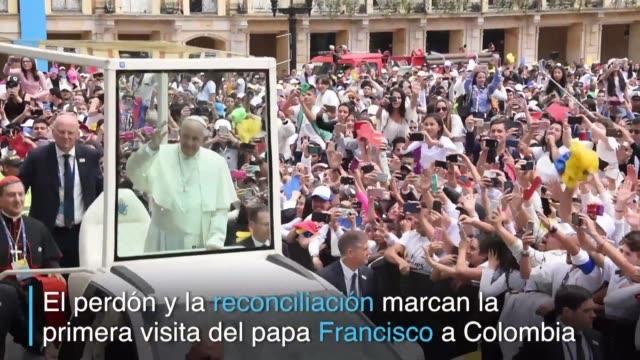 Durante su primera visita a Colombia el papa Francisco se emociono con los jovenes y apoyo los esfuerzos de paz del gobierno tras el pacto con las...