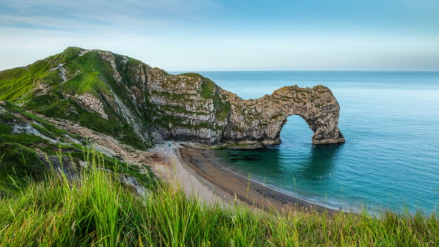 durdle door, jurassic coastline, dorset, england.- time lapse - costa caratteristica costiera video stock e b–roll