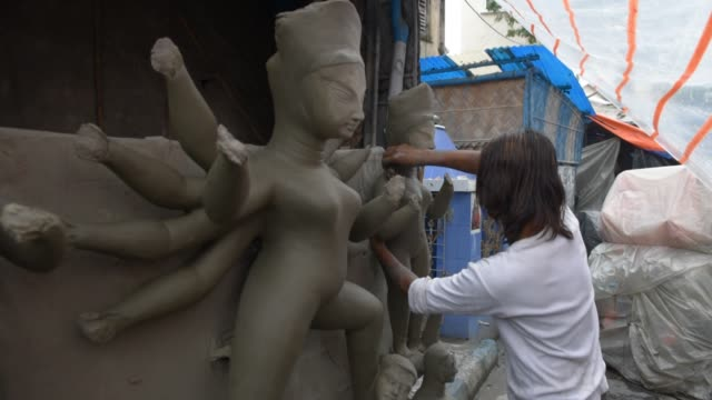 vídeos y material grabado en eventos de stock de durga idol making workshop in kolkata, india, 25 september, 2019. the event commemorates the slaying of a demon king mahishasur by goddess durga,... - calcuta