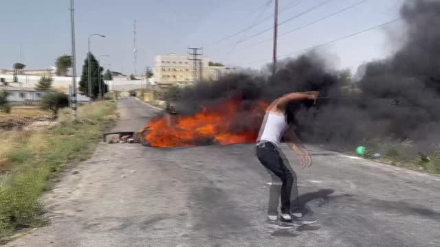stockvideo's en b-roll-footage met during a pro-palestinian rally in the occupied west bank, israeli forces injured many protestors on friday . the attacks wounded a total of 82... - israël