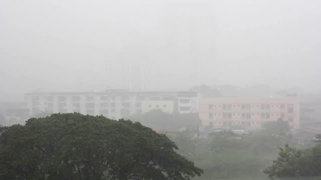 vídeos de stock, filmes e b-roll de chuva durante a chuva. - overcast