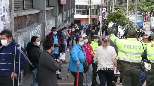 vídeos y material grabado en eventos de stock de during the 9th day of the national quarantine, people keep their distance as they wait their turn in a queue to access supermarkets and banks, mainly... - cuarentena