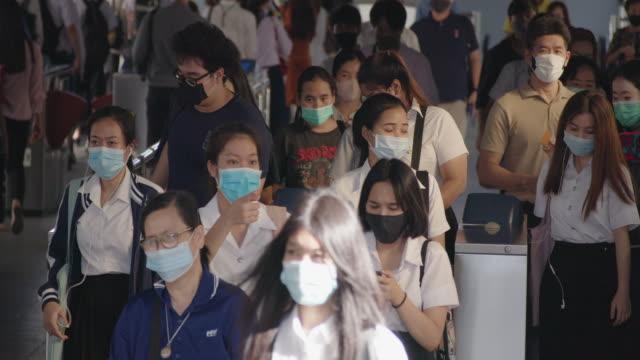 covid-19の流行の間、人々はウイルスから保護するために保護マスクを着用します。 - 歩行者点の映像素材/bロール