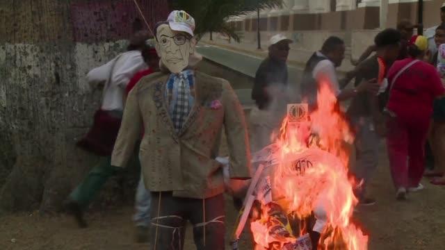 vídeos y material grabado en eventos de stock de during the traditional burning of judas in venezuela caracas residents torch effigies of people they consider traitors including president obama the... - judas