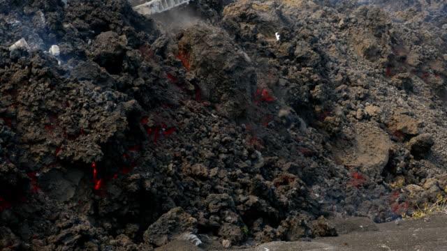 stockvideo's en b-roll-footage met during this eruption the village portela was destroyed by a lava flow - atlantische eilanden