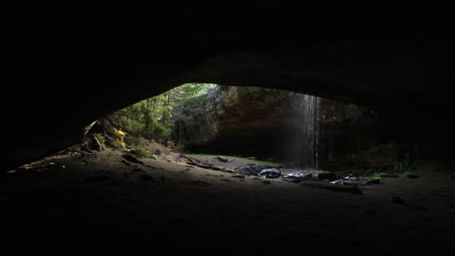 vídeos de stock e filmes b-roll de cueva serena, duruelo de la sierra, soria, castilla y leon, spain, europe - gruta