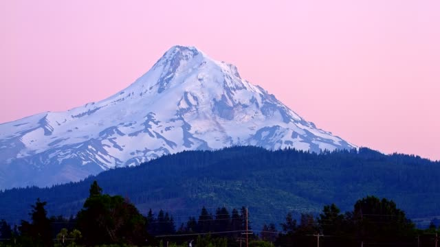 dusk alpenglow on the summit of a snowcapped peak in the cascades 2summer on mound hood - portland oregon stock-videos und b-roll-filmmaterial
