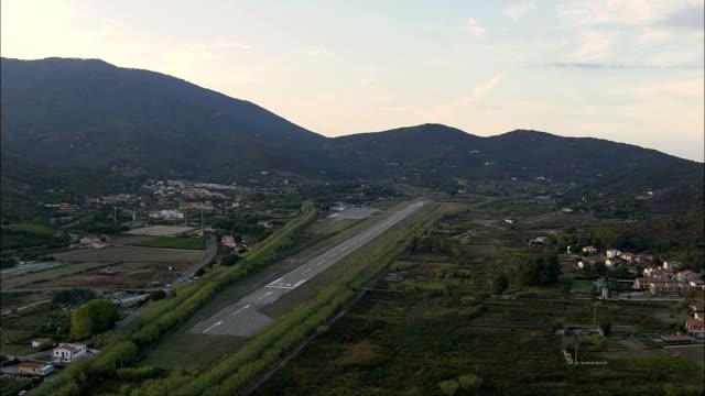 vídeos de stock, filmes e b-roll de anoitecer se aproximando aeroporto de marina di campo-vista aérea-toscana, província di livorno, campo nell'elba, itália - orgasmo