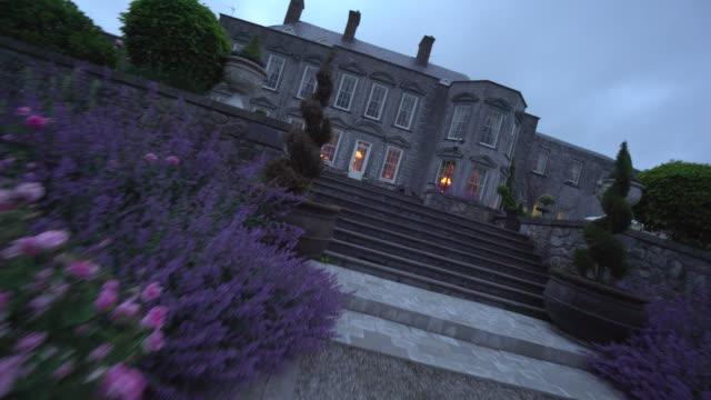 vidéos et rushes de dusk at castle durrow- ireland - façade