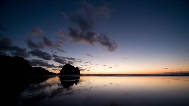 t/l, ws, dusk at piha beach, auckland, new zealand - coastline stock videos & royalty-free footage
