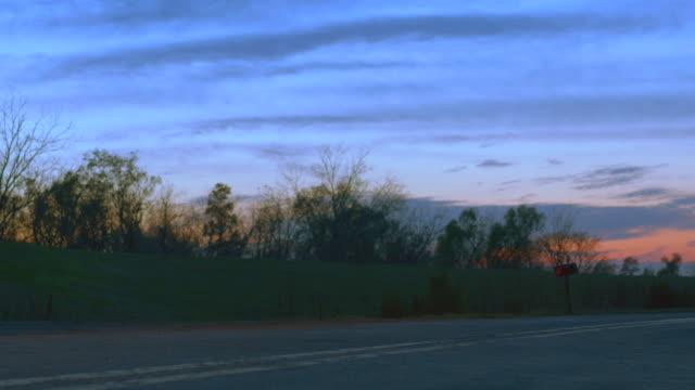 vidéos et rushes de dusk bus runby, away from cam l-r - car