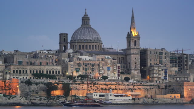 stockvideo's en b-roll-footage met dusk city skyline of valletta, malta - unesco world heritage site - valletta