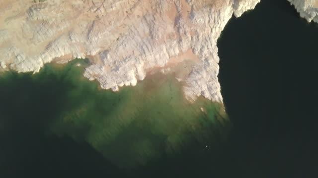 vídeos de stock, filmes e b-roll de crepúsculo para baixo olhando a filmagem do zangão do lago powell, baía de wahweap no arizona - lake powell