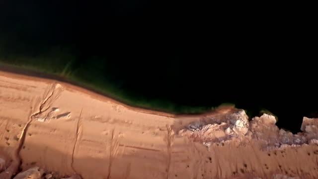 dämmerung abwärts suchen drohne filmmaterial des lake powells, wahweap bay in der nähe von page arizona - lake powell stock-videos und b-roll-filmmaterial