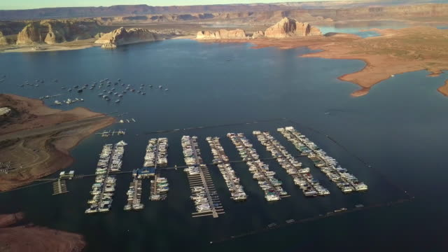 vídeos de stock e filmes b-roll de dusk drone footage of lake powell, wahweap bay near page arizona - lago powell