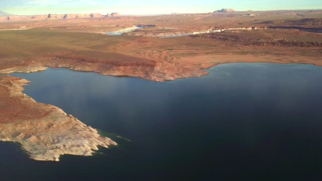 vídeos de stock, filmes e b-roll de filmagens de drone crepúsculo do lago powell, baía de wahweap no arizona - lake powell