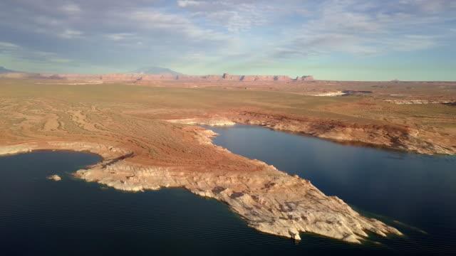 abenddämmerung drohne filmmaterial des lake powells, wahweap bay in der nähe von page arizona - tafelberg felsformation stock-videos und b-roll-filmmaterial