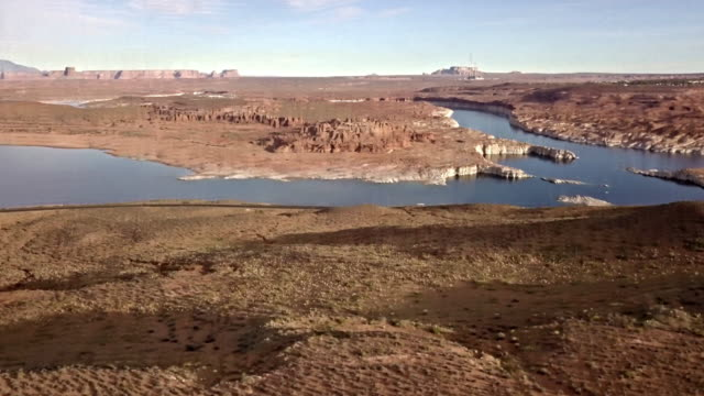 abenddämmerung drohne filmmaterial des lake powells, wahweap bay in der nähe von page arizona - lake powell stock-videos und b-roll-filmmaterial